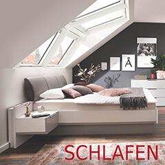 Schlafzimmer mit großem Bett und gemütlichen Decken
